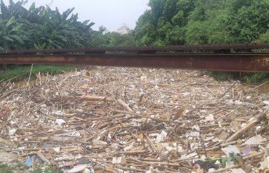 60938 medium sampah tutupi bendung koja di jati asih  potensi banjir bayangi warga bekasi