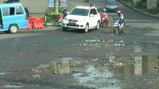 61077 medium jalan gdc rusak dan berlubang  pengendara harus ekstra hati hari saat melintas