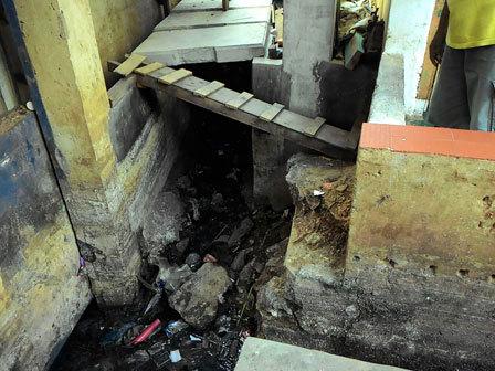 6120 medium saluran air di kampung pulo tertimbun puing bangunan