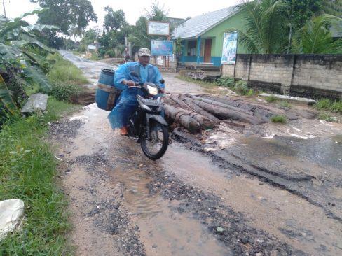 61276 medium jalan sepanjang 8 kilometer di brajasebalah lamtim rusak parah