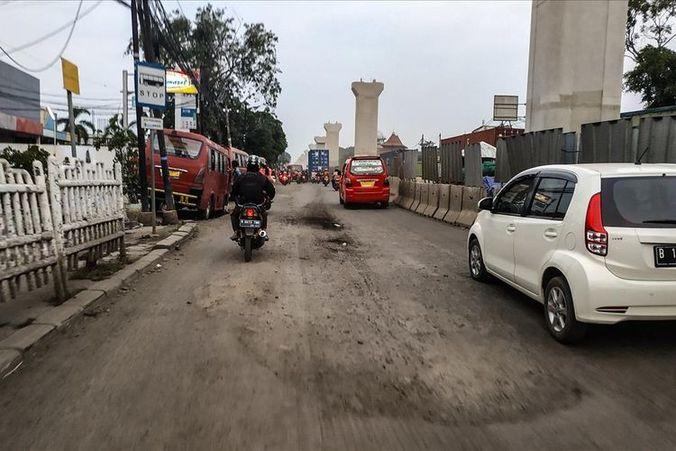 61351 medium jalan raya bekasi rusak parah  hujan berlumpur  terik berdebu