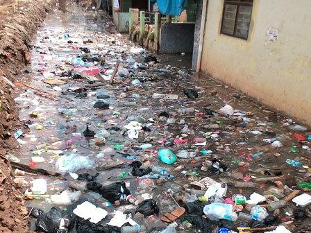 615 medium genangan surut  sampah menumpuk di kampung pulo
