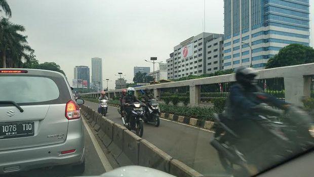 6189 medium pemotor lawan arus saat tahu ada polisi di ujung busway slipi