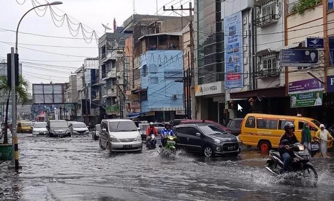62447 medium banjir selimuti sejumlah titik jalan di kota medan