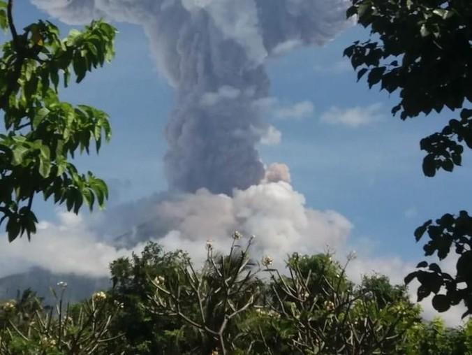 62740 medium abu gunung agung mengarah ke lombok  penerbangan masih normal