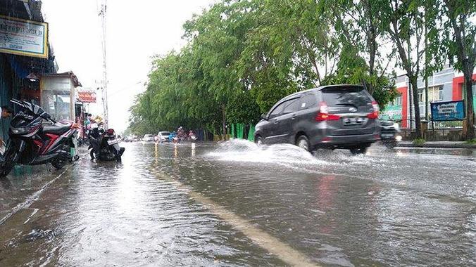 62802 medium hujan deras  daerah kobar pontianak tergenang