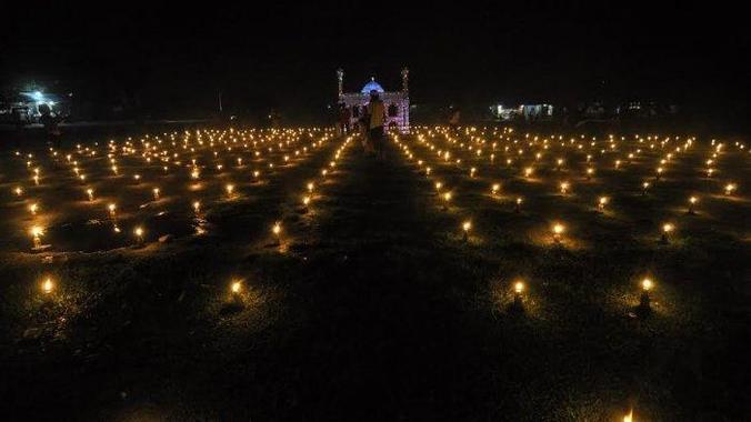63115 medium malam takbiran  warga di palu sebar ribuan lampu minyak
