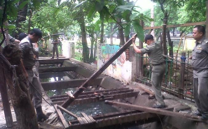 6311 medium saluran air di jaksel banyak tertutup bangunan