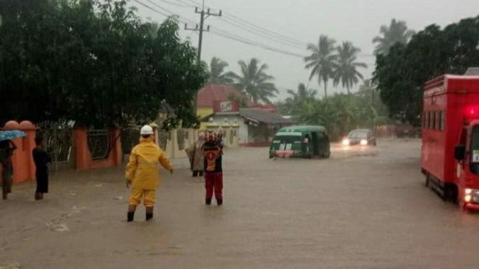 63301 medium pengendara diminta berhati hati  banjir genangi sejumlah jalan di kabupaten kotabaru