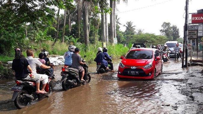 63302 medium jalan raya bambu kuning rusak berat  kalau hujan berubah seperti kolam