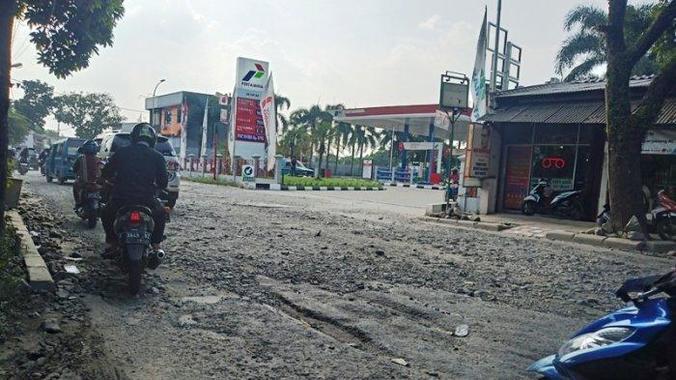 63497 medium jalan cikaret cibinong rusak parah  pengendara pertanyakan kinerja pemkab bogor