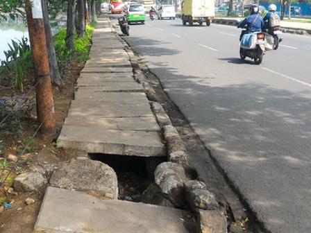 6392 medium beton penutup saluran di jl daan mogot rusak