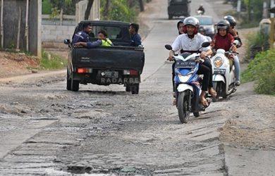 64179 medium dekat kantor bupati bekasi  kondisi jalan desa ini rusak