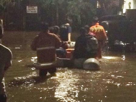 6436 medium permukiman tergenang  puluhan warga petogogan dievakuasi
