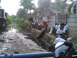 643 small personel gabungan bersihkan saluran di pegangsaan dua