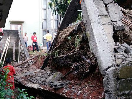 6463 medium tembok perumahan roboh timpa teras rumah warga