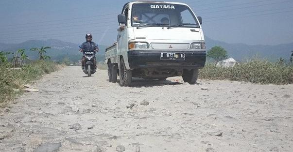 64751 medium bertahun tahun dibiarkan  jalan sukajadi kabupaten bandung makin rusak parah