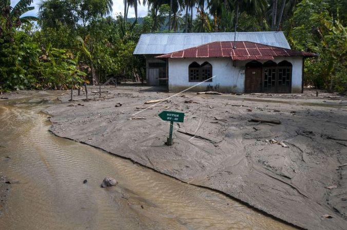 65404 medium diterjang banjir tiga kali  desa bangga tak layak huni lagi