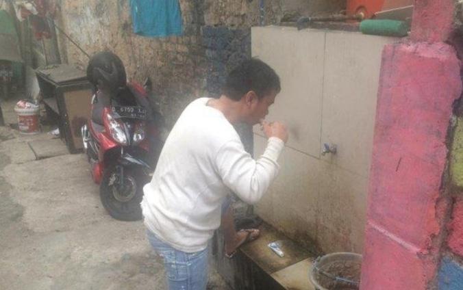 65503 medium sejumlah perumahan jalan soma kiaracondong bandung krisis air bersih  warga manfaatkan mck di spbu