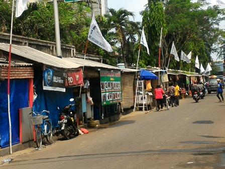 6563 medium puluhan pkl duduki trotoar di jl kota bambu selatan