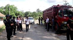 65917 small gara gara jalan rusak  polisi bersenjata lengkap turun tangan kepung rumah mantan kades di lampung