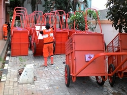 663 small 57 gerobak sampah didistribusikan di tugu utara