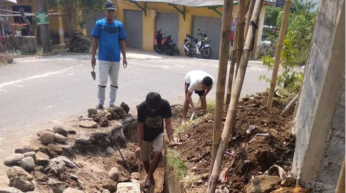 66987 medium dua tahun drainase jalan sukajaya dibiarkan rusak  warga perbaiki secara swadaya