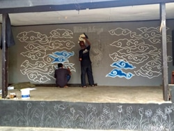 67273 small warga kebon baru buat mural batik