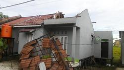 67531 small puting beliung terjang manarap kertak hanyar kabupaten banjar  26 rumah rusak