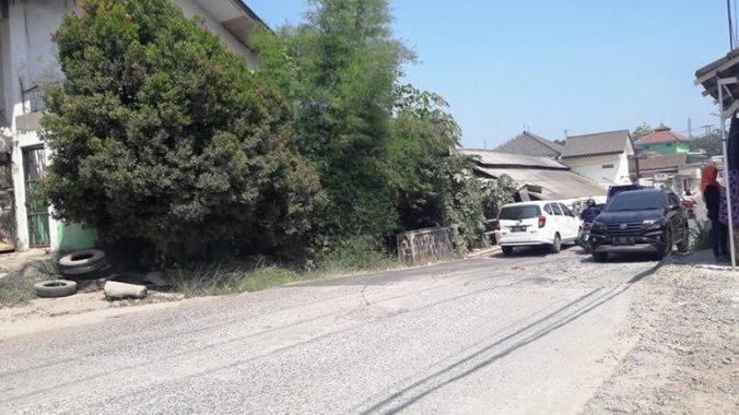 67672 medium warga keluhkan jalan rusak di tonjong bogor