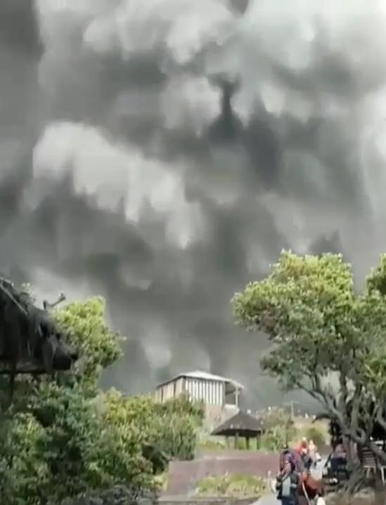 67977 medium meski erupsi  gunung tangkuban parahu masih berstatus normal