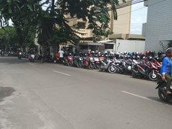 680 small trotoar di jl setiabudi selatan jadi tempat parkir liar