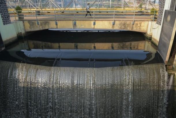 68190 medium air kali bekasi terlihat berwarna hitam di kawasan bendungan  190728151347 946