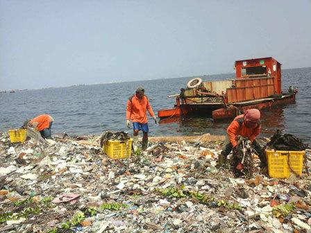 681 medium setiap hari  25 ton sampah menumpuk di pantai pulau seribu