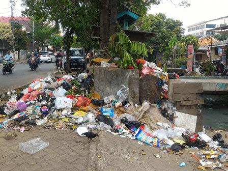 6859 medium sampah di jl sumur bor raya dikeluhkan warga