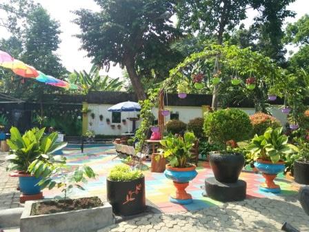 69178 medium ada taman lansia di kantor kelurahan ciracas