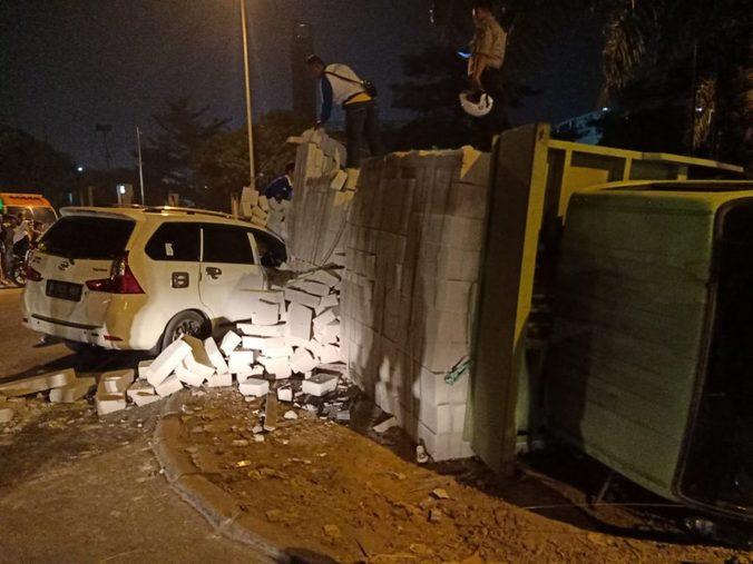 69184 medium lewati jalan rusak  truk terguling menimpa xenia