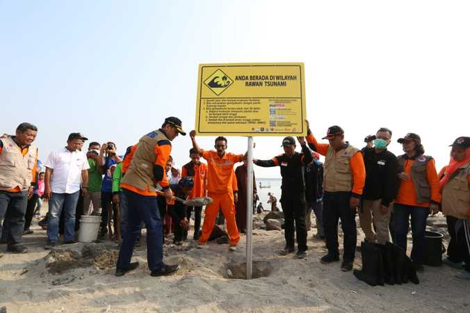 69859 medium bnpb  bmkg  dan pemkab pandeglang bersama membangun benteng alam dan rambu tsunami