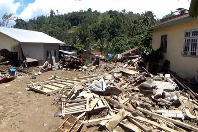 69869 medium 13 unit rumah di sigi hanyut terbawa arus banjir