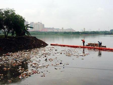 7007 medium hujan deras  sampah mengalir ke waduk ria rio