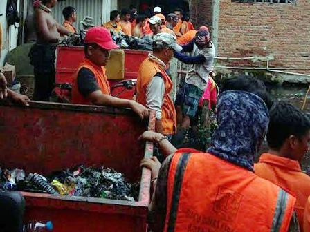 7061 medium kali gendong dipenuhi sampah warga
