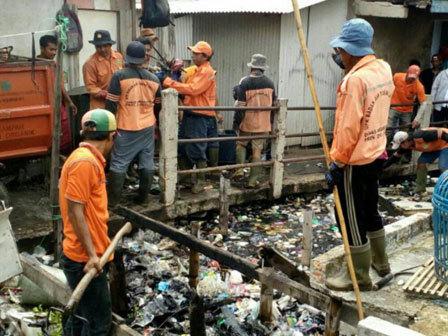 7062 medium sampah kali gendong waduk pluit capai 6 ton