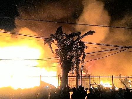 7069 medium kebakaran di kramat senen  300 jiwa kehilangan hunian