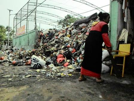 7094 medium gunungan sampah di tps penggilingan dikeluhkan warga