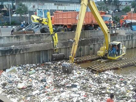 7688 medium delapan ton sampah kbb diangkut