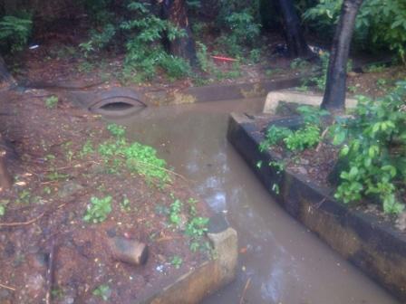 7704 medium saluran air di jl di panjaitan dipenuhi sedimen