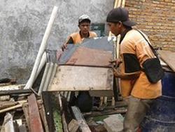 7705 small tumpukan barang bekas di bantaran kali cibubur ditertibkan