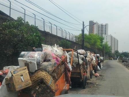 7950 medium gerobak sampah di jl inspeksi kali sekretaris dikeluhkan