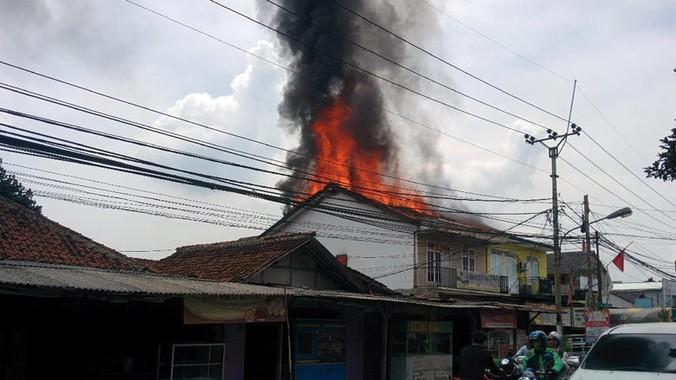 7989 medium kebakaran terjadi di kompleks ruko limo depok