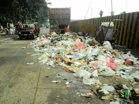 8466 medium sampah berserakan di jalan pisangan selatan raya